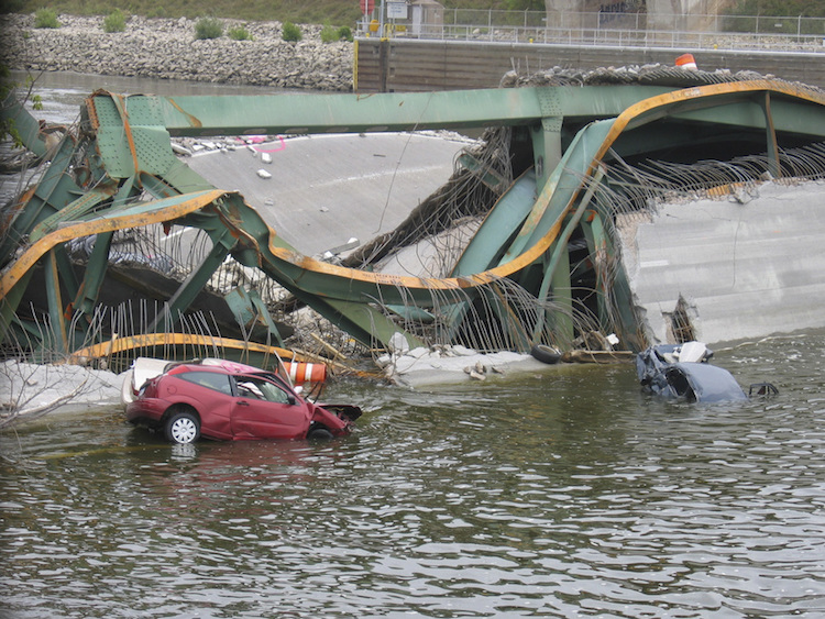 I35-Bridge-Collapse-Cars-in-Water
